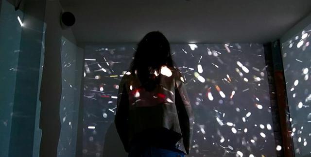 """Mihaela Kavdanska, Cătălin Creţu, """"Inner Dust"""" o instalație / imersiune audio-vizuală @ Aiurart, București"""