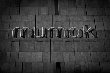 """Daniel Knorr în cadrul """"Reflecting Fashion"""" de la Muzeul de Artă Modernă din Viena"""