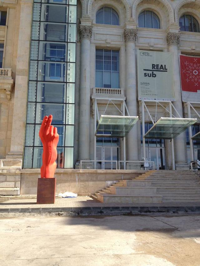 """Lucrarea """"HandGun"""" a sculptorului Bogdan Rața, expusă în fața Muzeului Național de Artă Contemporană București"""