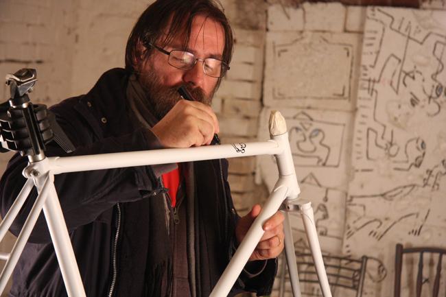 Oferă în dar o biţă și bicicleta lui Dan Perjovschi poate fi a ta