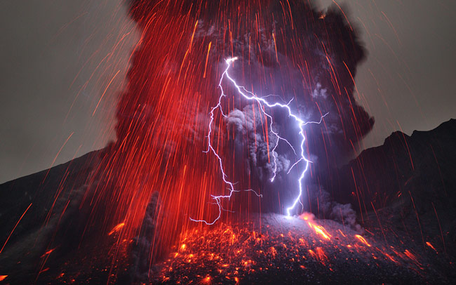 Frighteningly Beautiful Shots of Volcanic Lightning by Martin Rietze