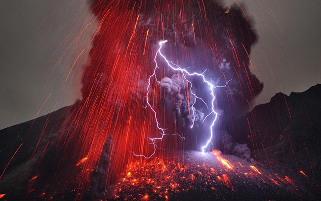 Frighteningly Beautiful Shots of Volcanic Lightning by Martin Rietze