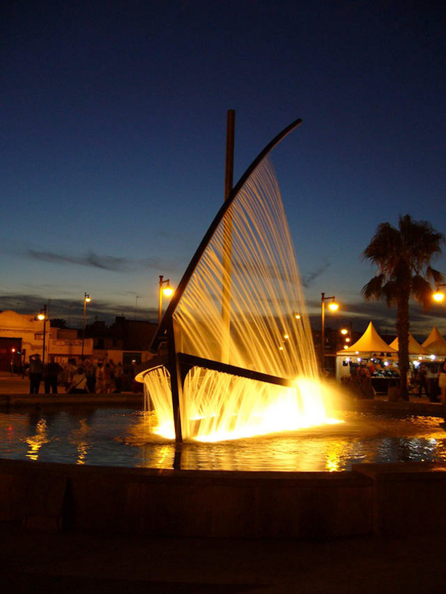 Spectacular Fountain Sprays Water to Look Like a Boat