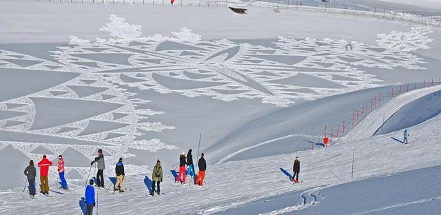 Man Creates Huge Geometric Artworks by Walking Through the Snow