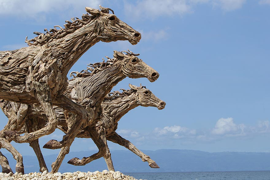 Artist Creates Breathtaking Horse Sculptures Out Of Driftwood