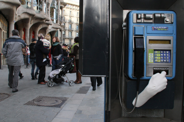 Hand Sculptures Highlight Effects of Eurozone Crisis in Barcelona Street Art Project