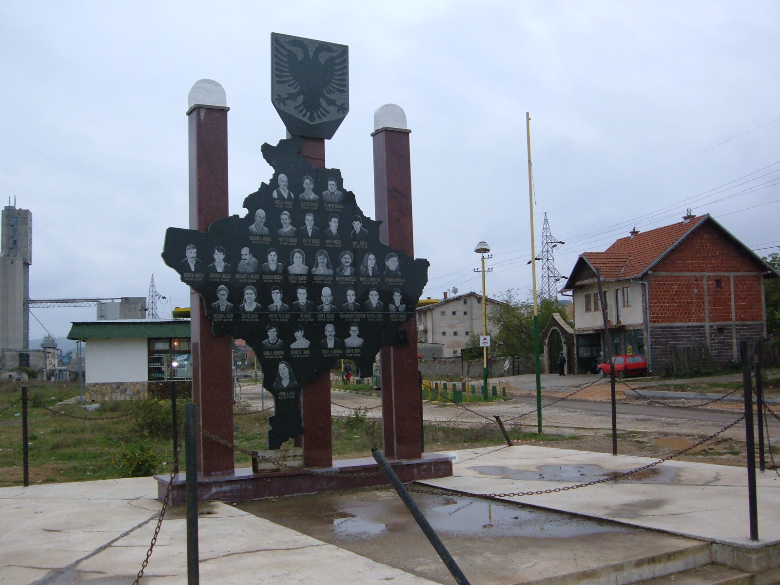 01 Monument al luptatorilor UCK cu harta Kosovo