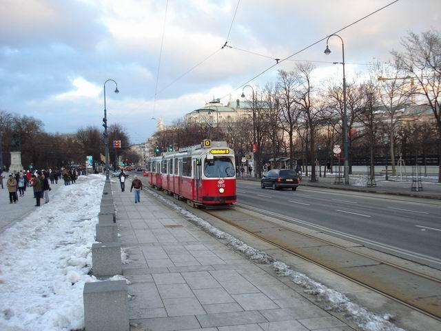 Resize of 15 Trece tramvaiul prin fata Parlamentului din Viena