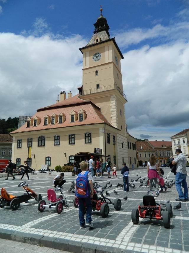 Resize of 21 Porumbei, copii si masinute in Piata Sfatului din Brasov