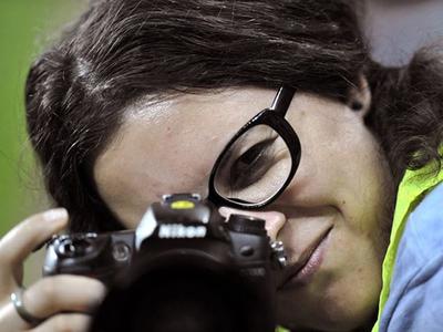 Acţiune pentru jurnalista Teodora Maftei, rănită în Colectiv: Fotografiile sale, scoase luni la vânzare