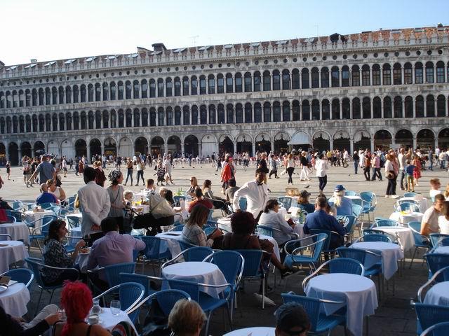 resize-of-turisti-terase-si-chelneri-in-septembrie-dupa-amiaza