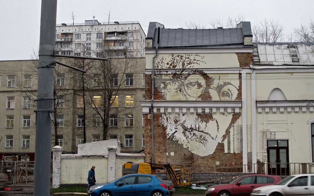 Reputatul artist vizual VHILS ajunge la Cluj și face o intervenție site-specific la Fabrica de Pensule