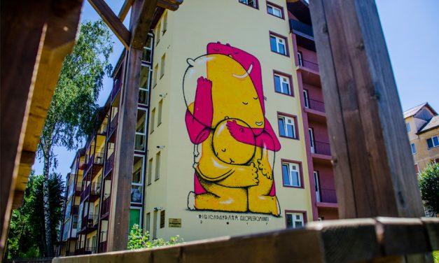 Street artistul Pisica Patrată a transformat o fațadă de bloc din Sibiu cu o pictură spectaculoasă