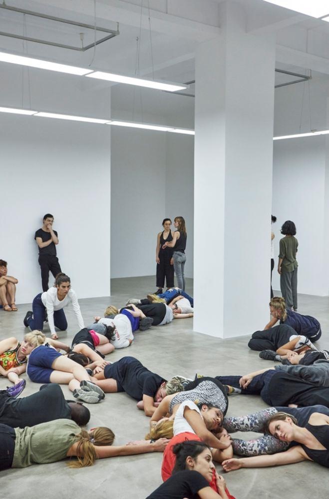 "Alexandra Pirici - ""Aggregate"", 2017. Imagine din expoziție, Neuer Berliner Kunstverein. Foto: Joseph Devitt Tremblay"