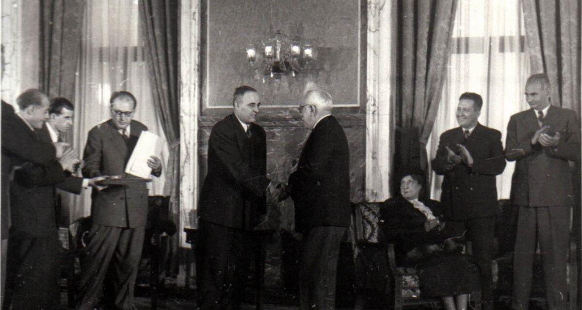 Gh. Gheorghiu-Dej felicită laureaţii Premiului de Stat al R.P.R. pe anii 1950-1951