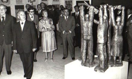 """Preşedintele Nicolae Ceauşescu şi Elena Ceauşescu au vizitat expoziţiile artiştilor amatori şi profesionişti dinstinşi în cadrul Festivalului naţional """"Cântarea României"""", ediţia a II-a"""