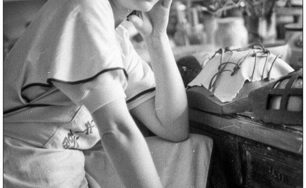 Ceramista Cristina Russu în atelier, anii 80