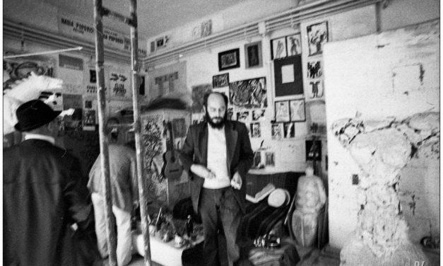 Sculptorul Constantin Popovici în atelierul său în anii 80