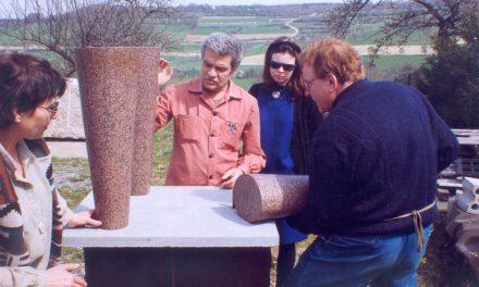 Paul Neagu și Peter Jacobi în grădina atelierului de sculptură din Wurmberg, ca.1984