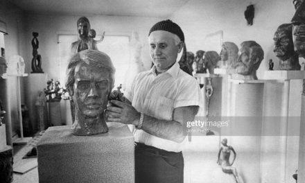 Sculptorul Gheorghe Stănescu lucrând la bustul președintelui american Carter în 1977