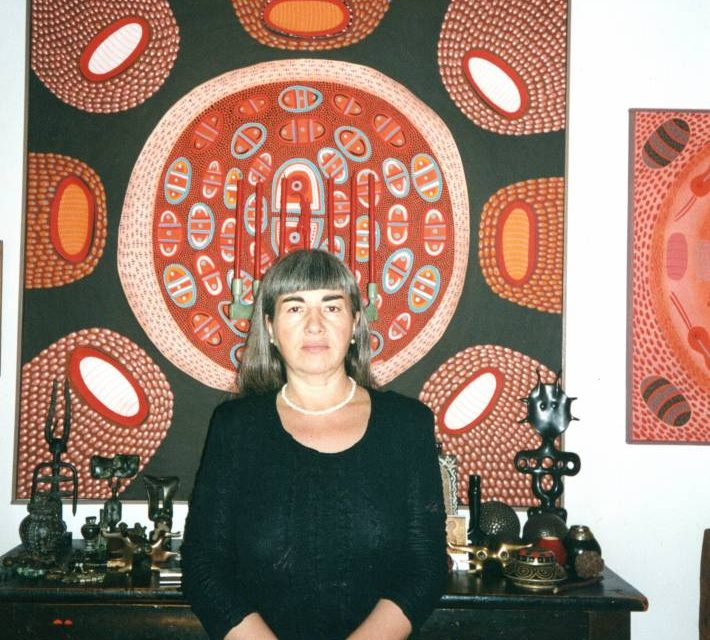 Dana Roman în studio cu picturile sale și sculpturile lui Victor Roman, 1995