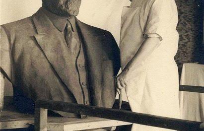 Vasile Demetrescu-Brăila în atelierul său, făcând ultimele retuşuri la bustul lui Ionel Brătianu