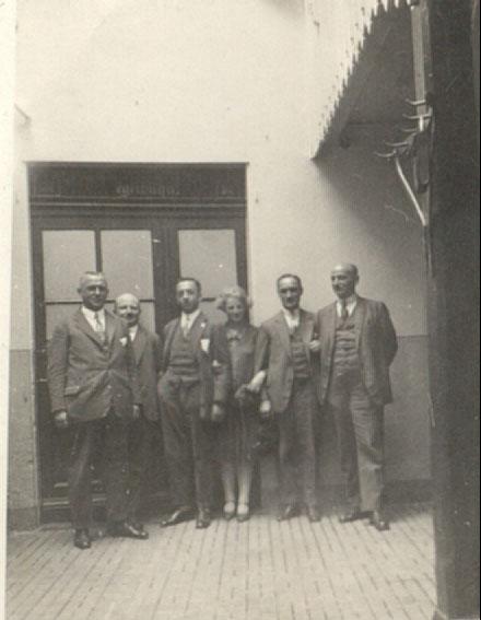 5.grup de angajati in curtea unei fabrici-1941