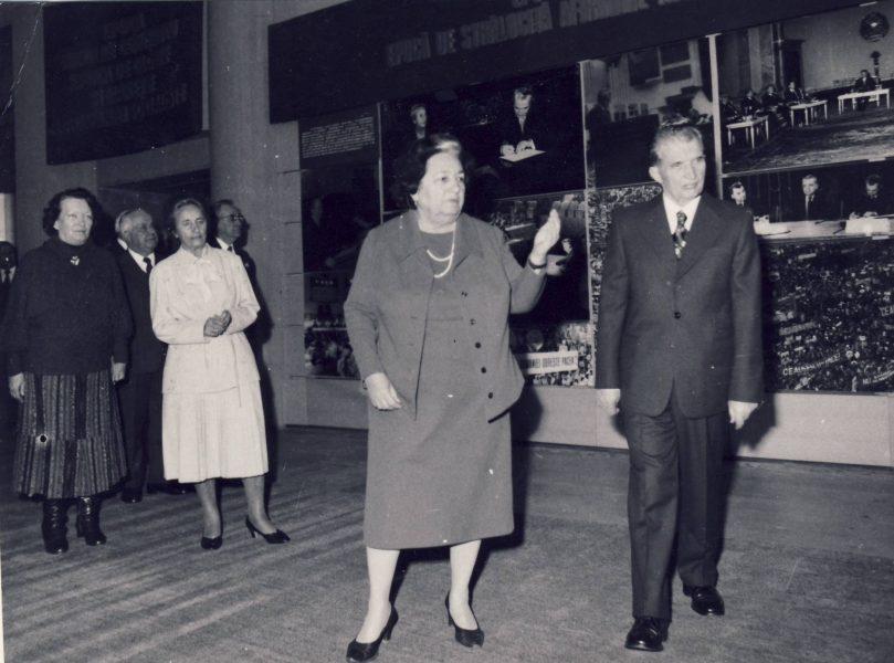 Nicolae Ceaușescu și Suzana Gâdea (președinte al Consiliului Culturii și Educației Socialiste) vizitând expoziția Omagială de la Muzeul de Istorie al RSR, 1988