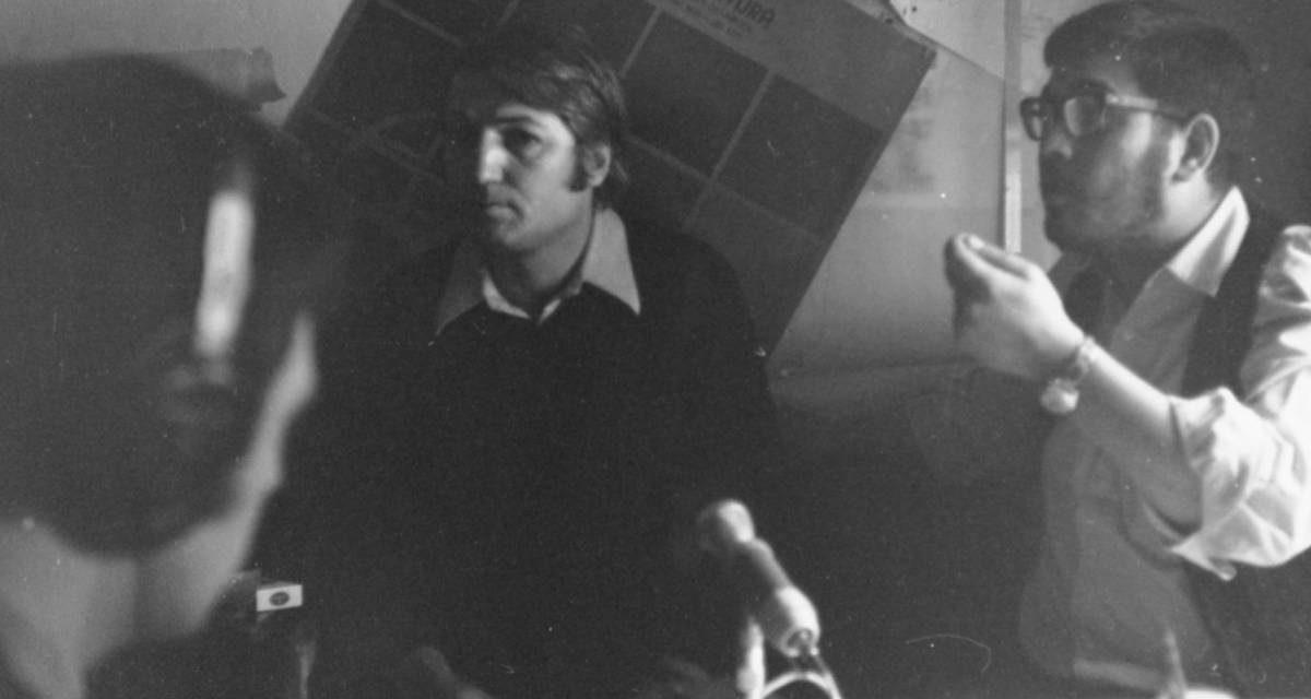 Graficienii George Leolea și Dan Erceanu în timpul unei filmări în Galeria Podul 1975