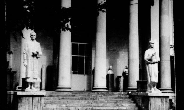 Statuile lui Andreescu și Luchian realizate de Gheorghe Anghel din fața Muzeului Simu, București