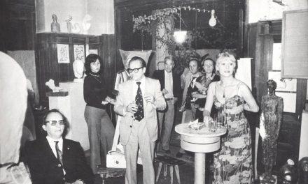 Marcel Guguianu alături de invitați in atelierul său, în perioada anilor '70