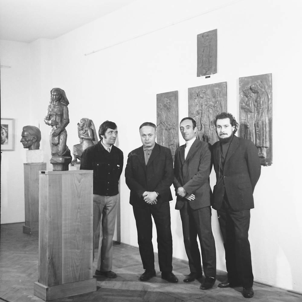 Regizorul Constantin Budisteanu (stinga) si Operatorul Eugeniu Lupu (dreapta) in Muzeul Gheorghe Anghel, in timpul realizarii filmului Sculptorul Anghel, 1977