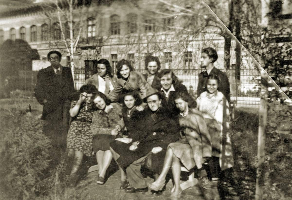 Cu colegii de la Academia din Iasi, in anii 1940