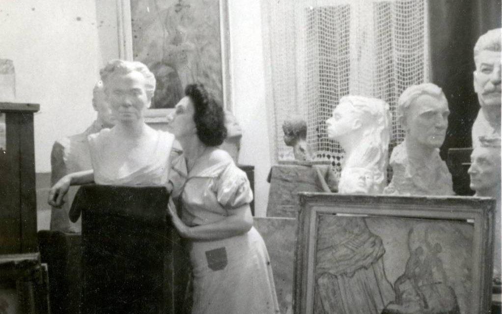 Julieta Orășanu (1896-1954) in atelierul de creatie