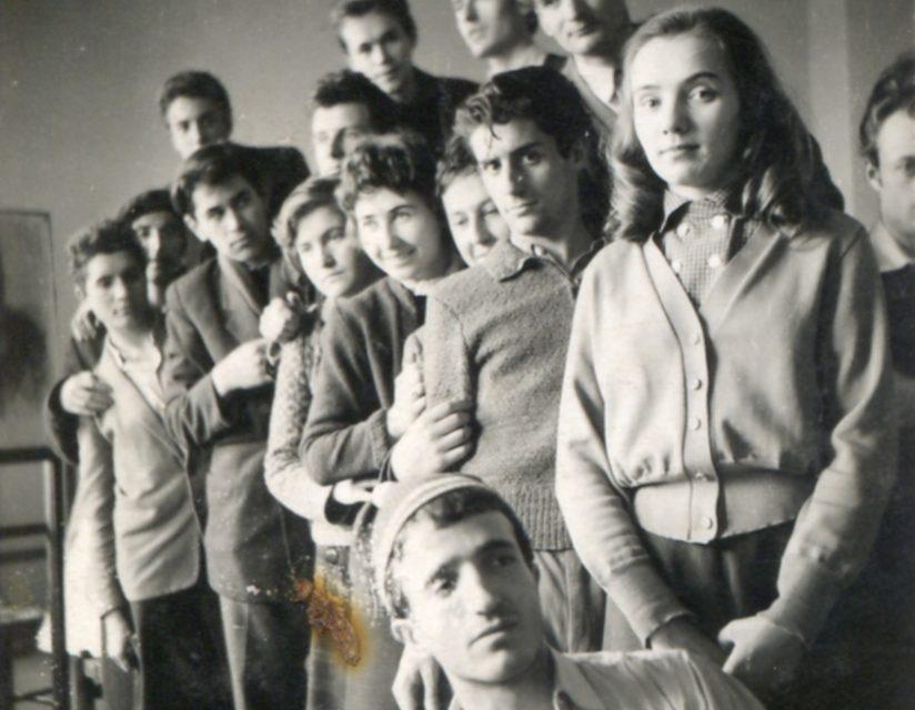 Dumitru Pasima, Marina Juravle, Ion State, Ion Bănulescu (in spatele lui), Irina Borovschi (probabil), o fată necunoscută, Florin Ciubotaru. Sus al doilea din dreapta Gh Tiutin
