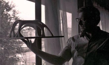 Peter Jacobi cu macheta unei sculpturi, 1968, București