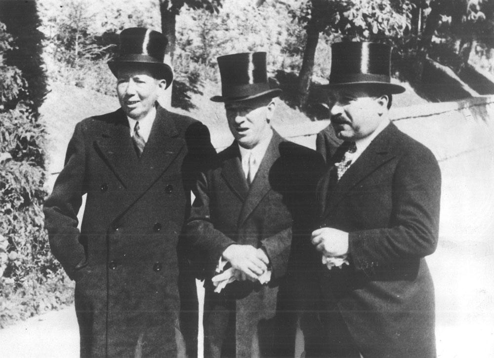Sinaia, 1933, Nicolae Titulescu (stânga), care deţinea portofoliul Afacerilor Externe, la ieşirea de la Peleş, unde membrii Guvernului condus de Alexandru Vaida Voievod (14 ianuarie–13 noiembrie 1933) fuseseră convocaţi de regele Carol al II-lea; fotografie de epocă; dim.: 20x15 cm; datare imagine: 1933; fotograf/artist: ?; atelier/agenţia de presă: ?; sursa foto: colecţie privată; deţinător: colecţionar român