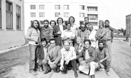Ion Iancuț, Bobu Alecu, Vlad Ciobanu, Ștefan Călăreșanu, Alexandru Călinescu Arghira, Nicolae Bădărău, Doru Covrig la tabăra de sculptură, Hobița, 1981