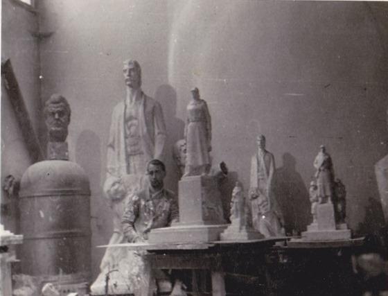 Alexandru Mihai în anii 1960 în atelierul lui Gavril Covalschi lângă modele din monumentul Ostașului Român din Arad