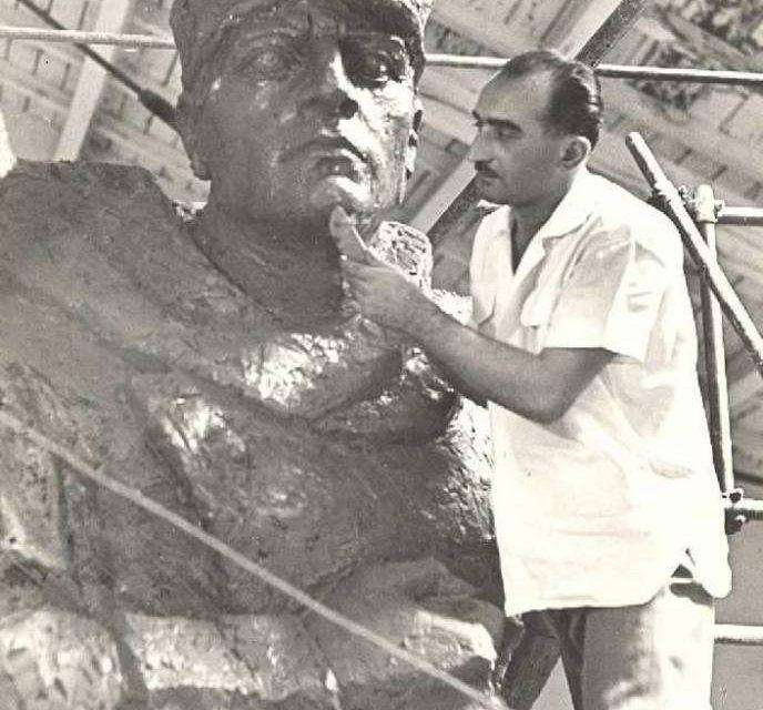 Gavril Covalschi  lucrând la monumentului Ostașului român de la Arad, 1960