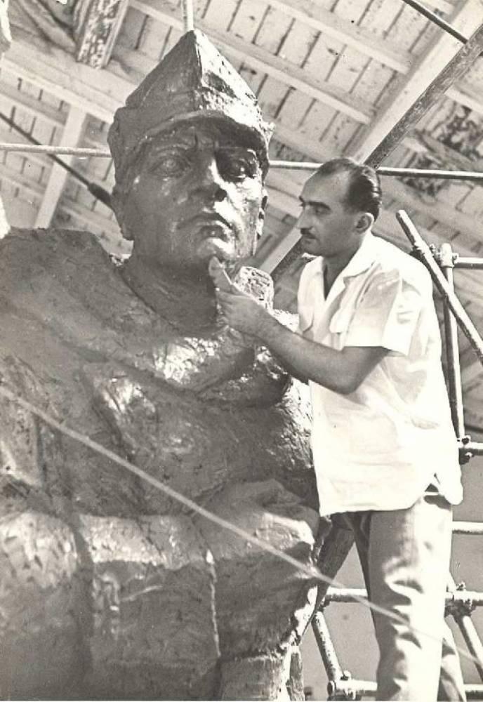 """Gavril Covalschi lucrând la monumentului ostașului român la Arad, 1960, foto Biblioteca Județeană """"Alexandru D. Xenopol"""" Arad"""