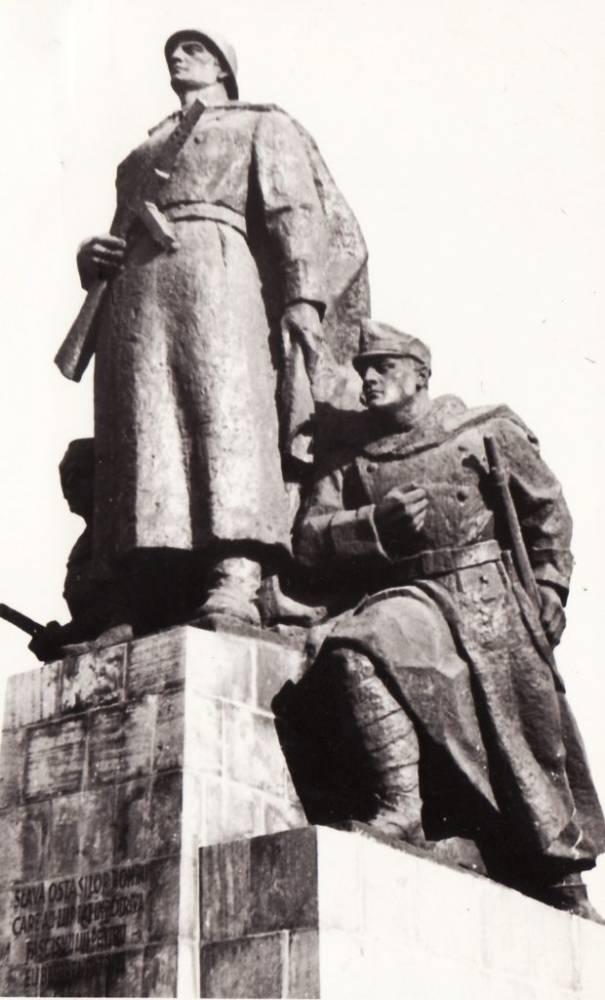 Monumentul Ostașului Român (detaliu, lateral spre vest)