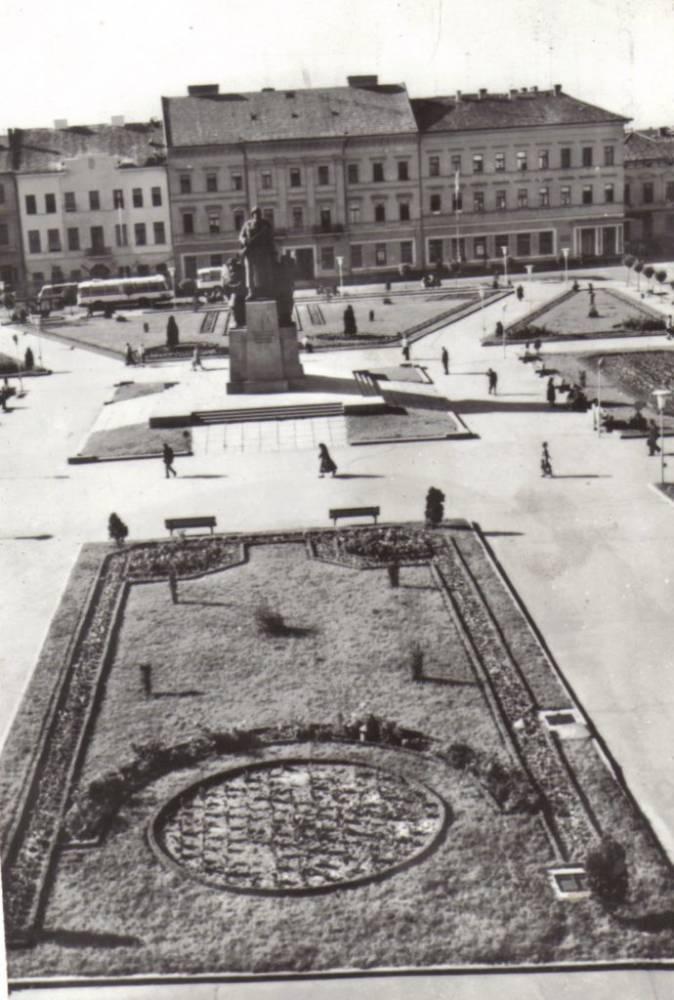Piața Avram Iancu, mobilată cu Statuia Ostașului Român (1975)