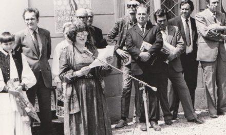 Artista Gina Hagiu, vorbind la inaugurarea Muzeului din Săvârșin (1988). În plan secund Horia Truță, Horia Flămând, Iosif Dohangie, Pascu Hurezan, Florin Lucaci, Horia Medeleanu