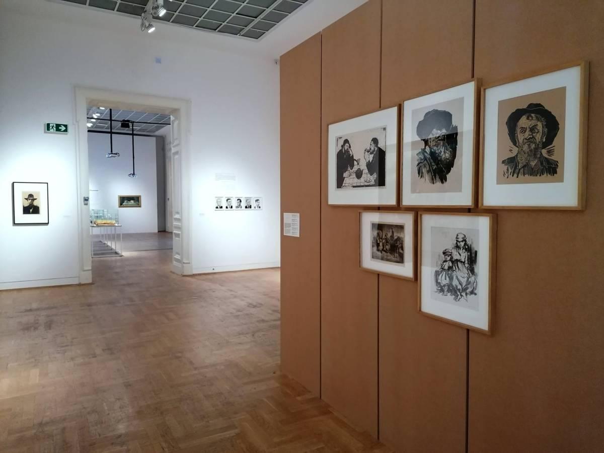"""În dreapta lucrări de gravură semnate Geta Brătescu, Gheorghe Naum și Lidia Mihăescu, colecția Muzeului Brăilei """"Carol I"""
