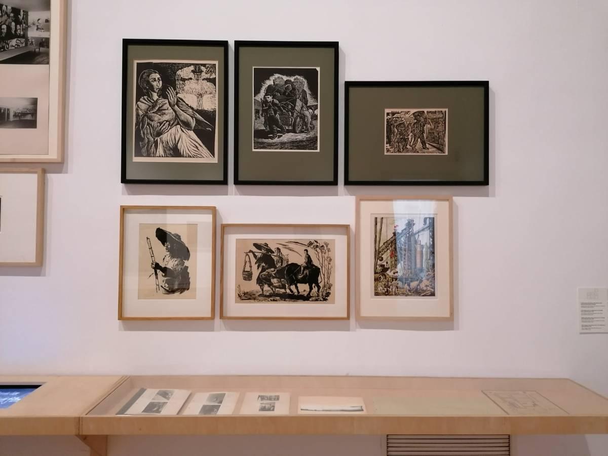 """În stânga-jos lucrări de gravură semnate Gheorghe Ivancenco, din colecția Muzeului Brăilei """"Carol I""""."""